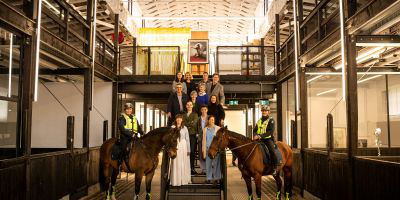 Victoria Police Mounted Branch members Monika Kusnierz (with Bob) and Christine Atherton (with Unity), flank 美术和音乐教师 students and staff, and architect Kerstin Thompson, in the refurbished Stables building. By Sav Schulman.