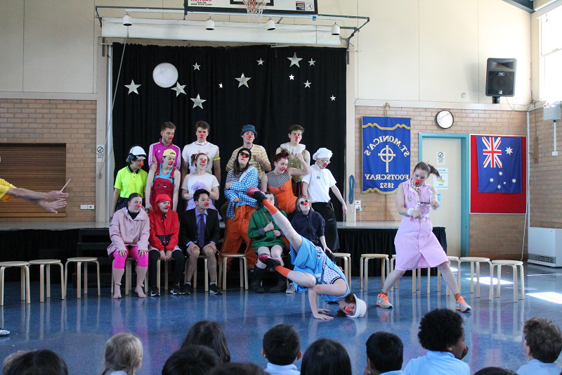 Bachelor of Fine Arts (剧院) students perform Clown routines for school children. Supplied.